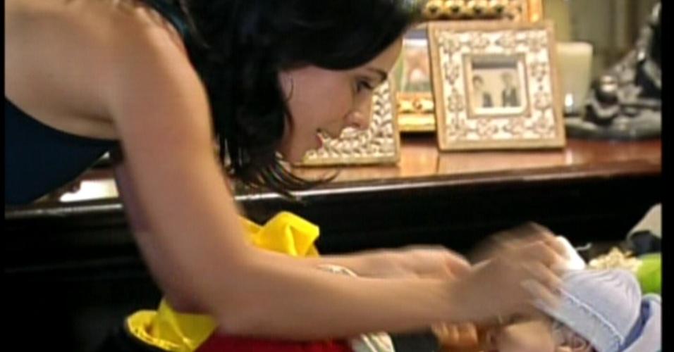 Aos berros, Maria pega o bebê e pede que a criança convença o pai para ir à São Paulo