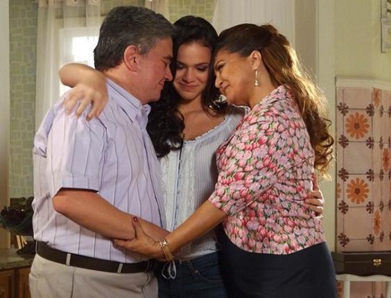 """Da esquerda para a direita, Sandro Christopher, Bruna Marquezine e Elizangela em cena de """"Aquele Beijo"""" (10/4/12)"""