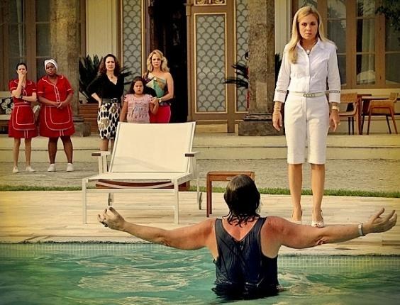 Nilo invade casa de Carminha e toma banho de piscina