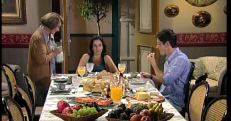 No outro dia, a família se reúne no café da manhã