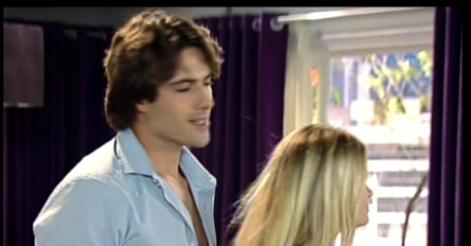 O namorado de Luma chega à casa delas. Enquanto a garota toma banho, a irmã tenta seduzir o rapaz