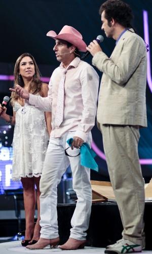 "Patrícia Abravanel observa a dupla Rosa e Rosinha após os desafios do ""Cante Se Puder"", SBT (30/3/12)"