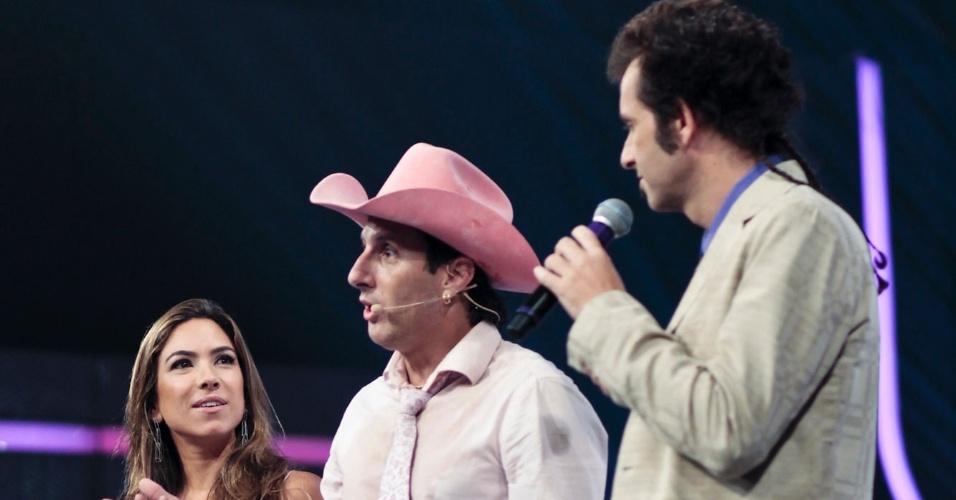 Patrícia Abravanel observa a dupla Rosa e Rosinha após os desafios do