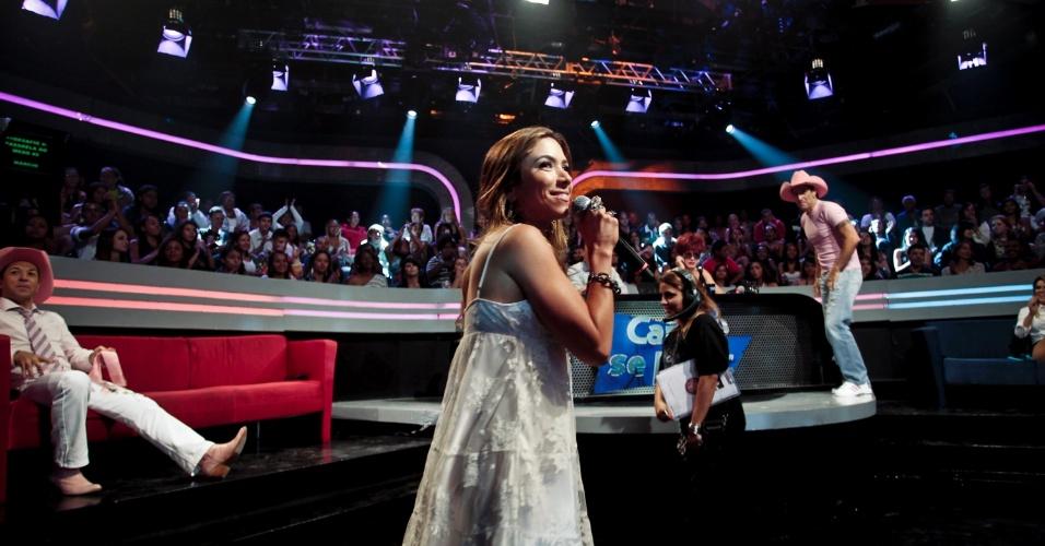 Patrícia resolve brincar com a plateia e canta, dança e tira fotos (30/3/12)