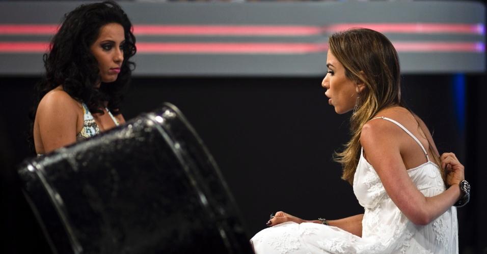 """Seguindo a linha de """"não sou filha do dono"""", em um dos intervalos, Patrícia (dir.) agacha para conversar com a assistente de palco Daniela Franco (30/3/12)"""
