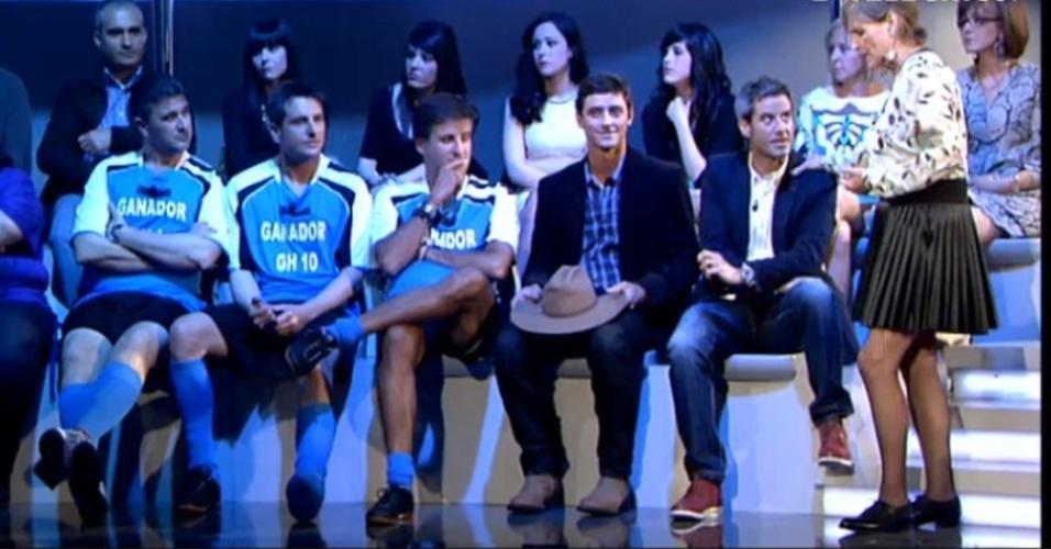 """A apresentadora fdo """"Gran Hermano"""", Mercedes Milá pede que Fael e os outros participantes entrem na casa do programa para participar da prova da semana (12/4/12)"""