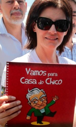 A viúva de Chico Anysio, Malga Di Paula, mostra charge com o rosto do marido durante homenagem na cidade natal do humorista, Maranguape (12/4/12)