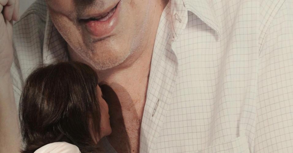A viúva do humorista, Malga Di Paula beija foto de Chico Anysio no Teatro Chico Anysio, em Fortaleza. As cinzas serão jogadas na serra de Maranguape, onde o humorista nasceu (12/4/12)