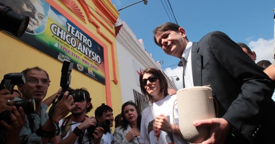A viúva do humorista, Malga Di Paula, e o filho adotivo do casal, André Lucas chegam com as cinzas de Chico Anysio no Teatro Chico Anysio, em Fortaleza (12/4/12)