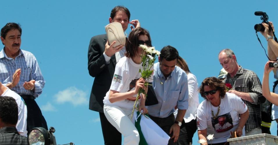 Em cima de caminhão de bombeiros, mulher de Chico Anysio, Malga Di Paula, agradece habitantes de Maranguape (CE), onde as cinzas do humorista foram jogadas (12/4/12)