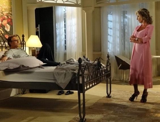 Maruschka é chique até na hora de dormir. Com camisola e robe rosa, a ex-dona da Comprare veste também salto alto