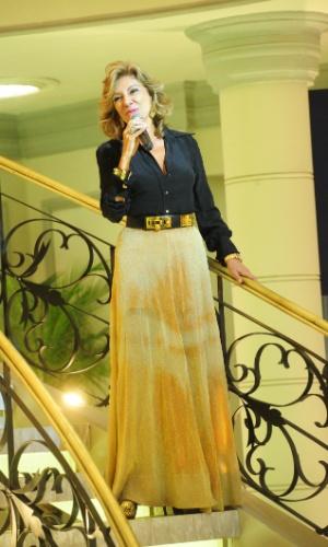 Maruschka, em evento da Comprare, veste uma saia longa e camisa