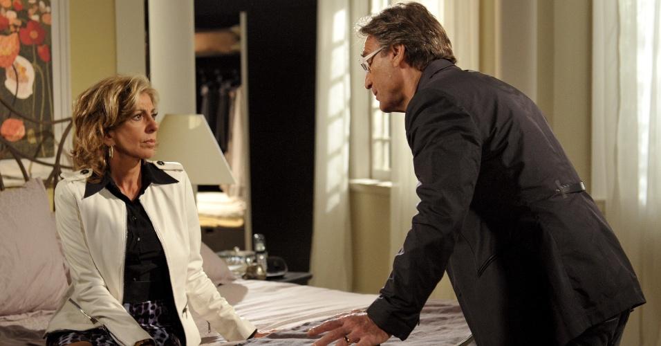 Maruschka esbanja o uso de blazers. Na foto, usa blazer branco com camisa preta e saia de onça
