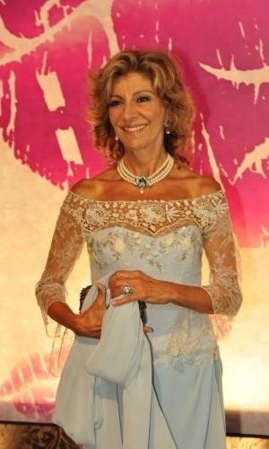 Seguindo a tendência do maxi colar e blusa de renda, Maruschka compõe o seu look com um vestido clean azul claro