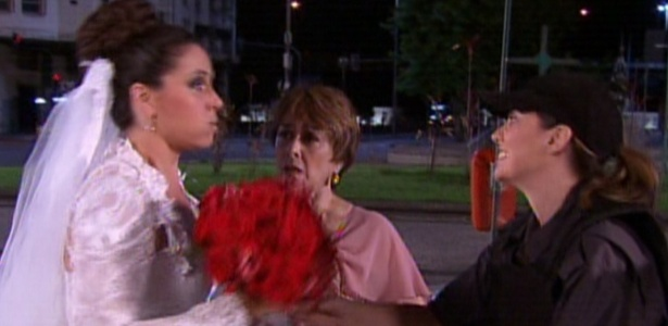 Cláudia chega à igreja de camburão e pede ajuda à mãe e a policial