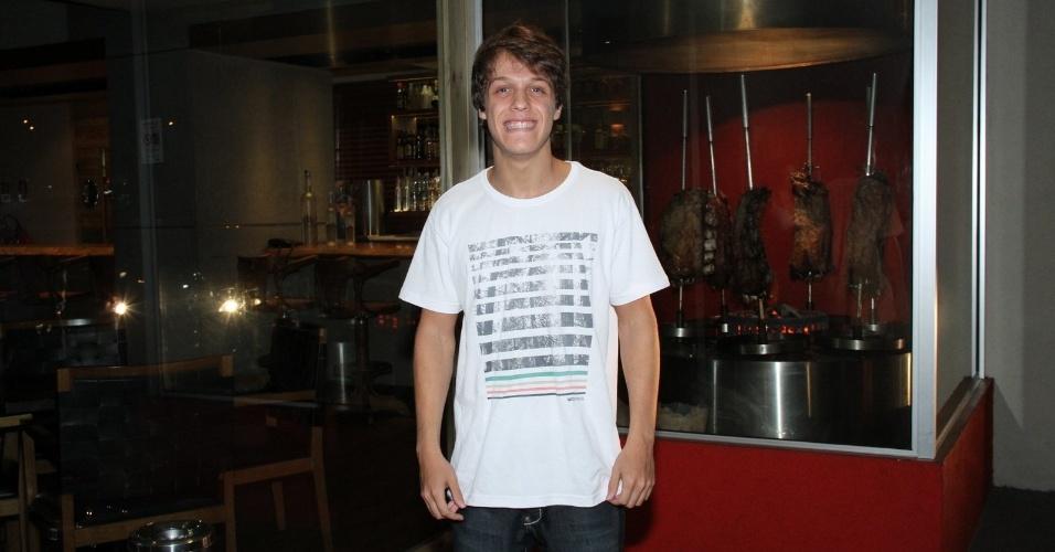 """Daniel Torres se reúne com o elenco de """"Aquele Beijo"""" para assistir ao último capítulo da novela, no Rio (13/4/2012)"""