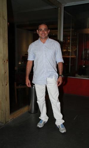 """Hugo Gross se reúne com o elenco de """"Aquele Beijo"""" para assistir ao último capítulo da novela, no Rio (13/4/2012)"""