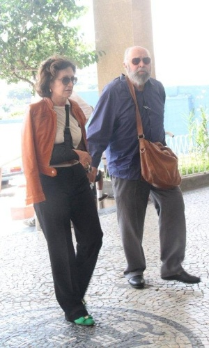 O ator Mauro Mendonça e Rosa Maria Murtinho chegam ao velório da atriz Marly Bueno, no Cemitério São João Batista, em Botafogo, no Rio de Janeiro (14/4/12)