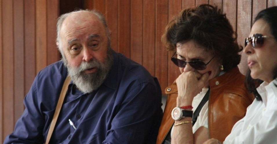 O ator Mauro Mendonça e Rosa Maria Murtinho se despedem da atriz Marly Bueno, no Cemitério São João Batista, em Botafogo, no Rio de Janeiro (14/4/12)