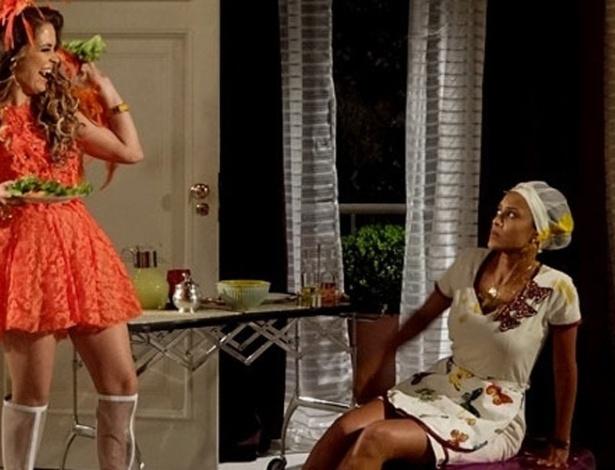 """No capítulo de estreia, a cantora Chayene (Claudia Abreu) tem um ataque de fúria com a """"empreguete"""" Maria da Penha (Taís Araujo) ao descobrir que ela queimou seu vestido com o ferro de passar"""