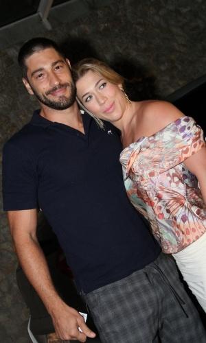 """Victor Pecoraro e a esposa, Fernanda Muller,  se reúnem com o elenco de """"Aquele Beijo"""" para assistirem ao último capítulo da novela, no Rio (13/4/2012)"""
