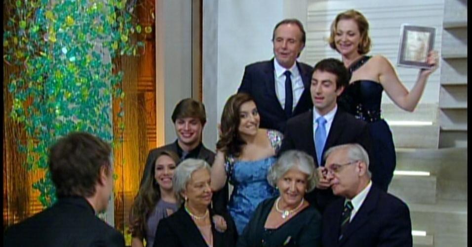 A família tira foto do noivado e esquecem de chamar Maria Aparecida. Ela fica triste e vai para o jardim mandar mensagem ao namorado