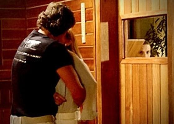 Carminha aproveita a confusão que se instaurou na mansão, com as brigas de Muricy e Leleco, para se com encontrar Max na sauna. Atenta a cada passo da megera, Nina percebe, vai atrás do casal e flagra os dois no maior chamego. No ar na segunda-feira (16/4/12)