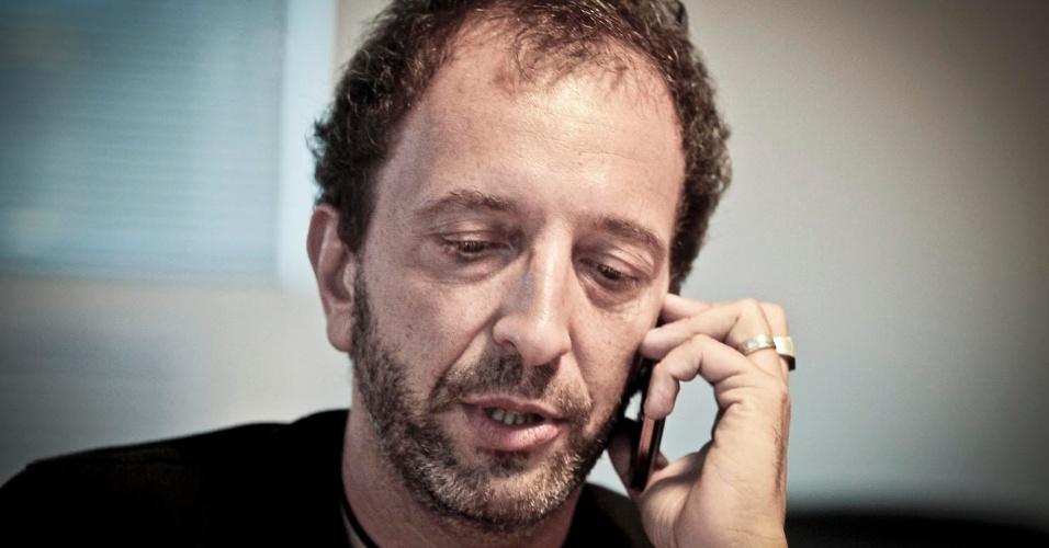Diego Guebel, diretor geral de conteúdo da Band, faz pausa rápida em entrevista para falar ao celular (11/4/12)