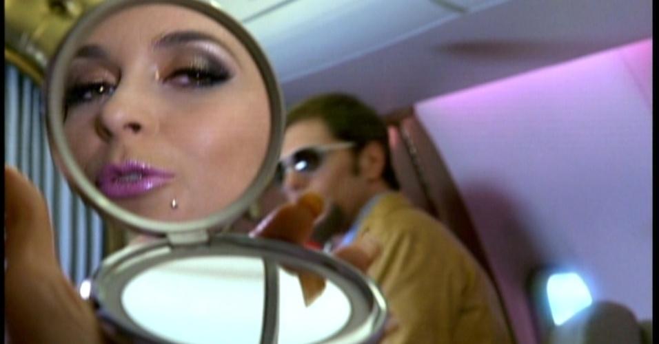 Enquanto isso, a cantora de forró Chayene chega ao Rio de Janeiro em seu jatinho rosa. Ela liga para a sua empregada Maria da Penha para que ela vá para a sua casa com urgência