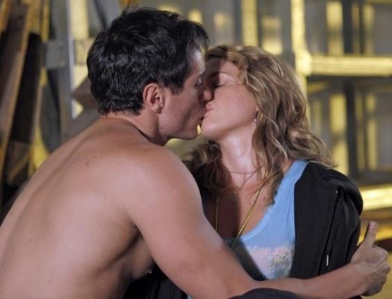 Inácio salva Rosário de assalto e ganha beijo da mocinha