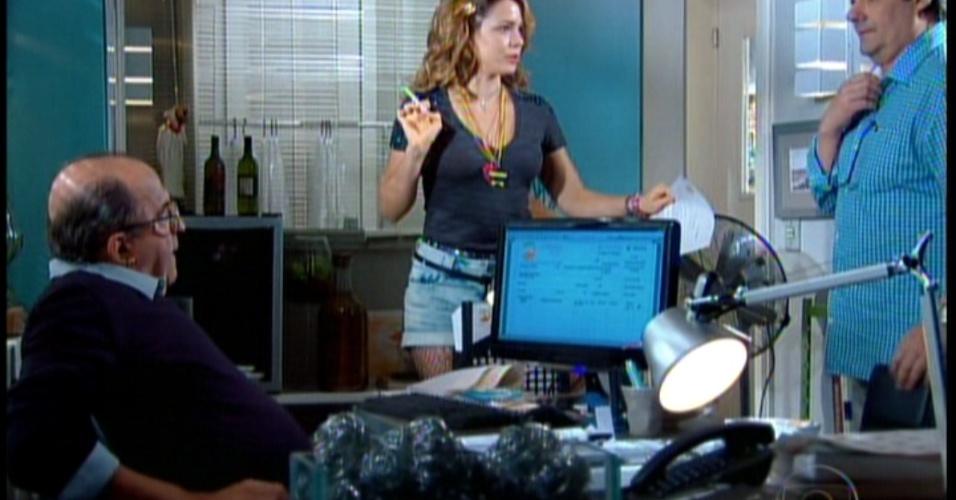 O sonho de Maria do Rosário conhecer Fabian quase vai por água abaixo quando outra empregada a denuncia como fã do cantor para seu chefe