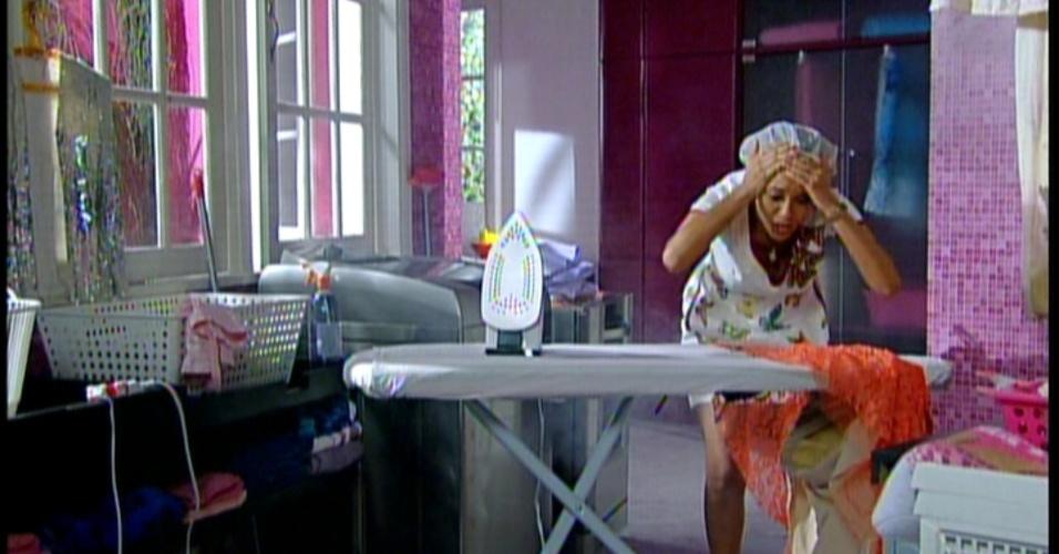 Preocupada em ter que demolir o puxadinho, Rosário pensa  no momento em que seu marido dizia que tinha legalizado a casa na prefeiiura, Esperta, lembra do momento e descobre que seu marido mentiu. Sem querer, ela deixa o ferro de passar queimar a roupa da patroa
