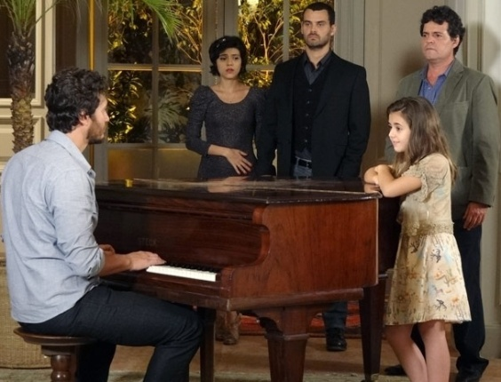 Rodrigo toca piano com a ajuda do espírito de Verbena, que aparece pela primeira vez