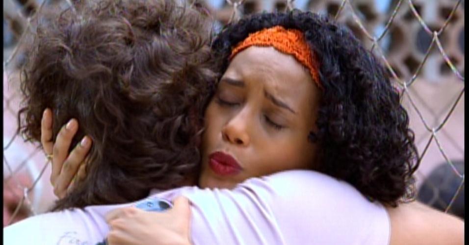 """Triste, Maria da Penha tem que ir embora para """"cuidar"""" de Chayene"""