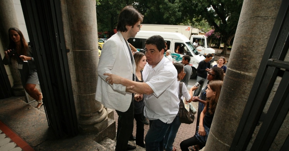 André Lucas, filho de Chico Anysio, chega à igreja Nossa Senhora da Paz, na zona sul do Rio (23/4/2012)