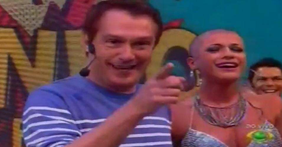 """Ao lado do apresentador Emílio Surita, Babi chora ao raspar a cabeça ao vivo no """"Pânico na Band"""" (22/4/12)"""