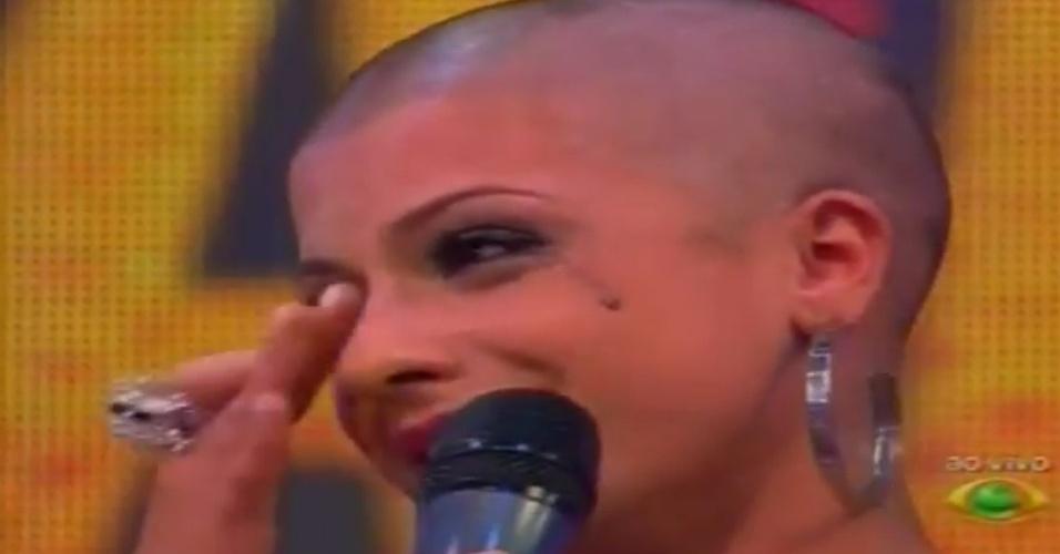 """De cabeça raspada, Babi chora no """"Pânico na Band"""" (22/4/12)"""