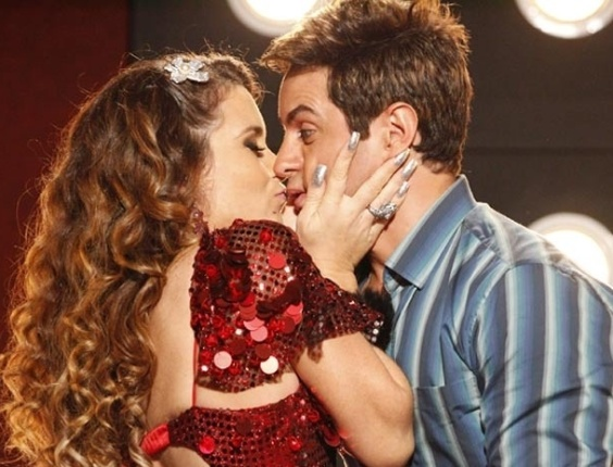 """Em """"Cheias de Charme"""", Chayene beija Fabian e declara que está namorando o cantor (23/4/12)"""