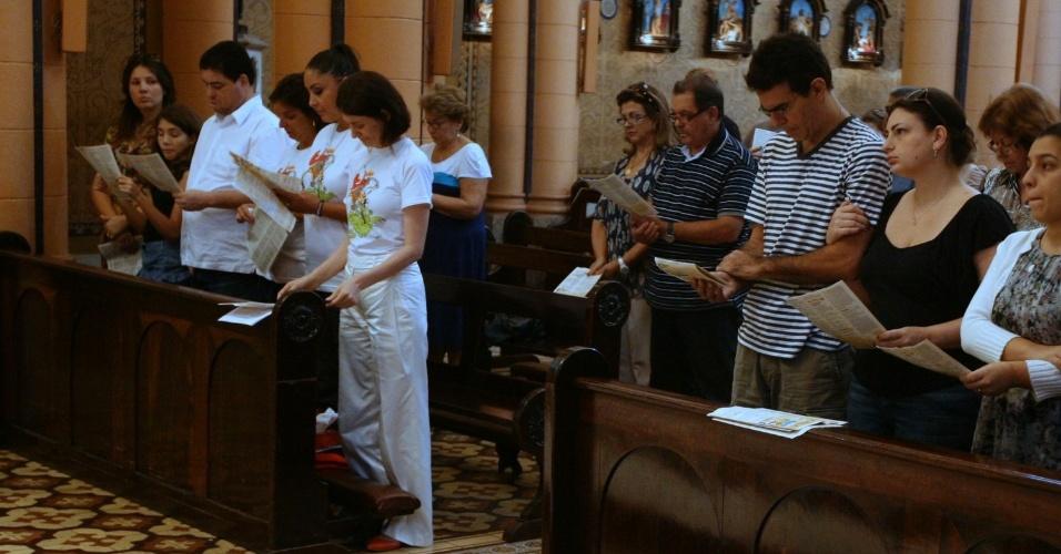 Familiares de Chico Anysio na missa de 30 dias da morte do humorista na igreja Nossa Senhora da Paz, no Rio (23/4/2012)