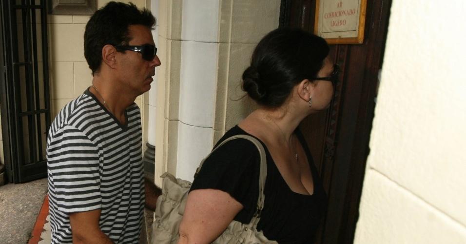 Nizo Neto, filho de Chico Anysio, chega à igreja Nossa Senhora da Paz, zona sul do Rio (23/4/2012)