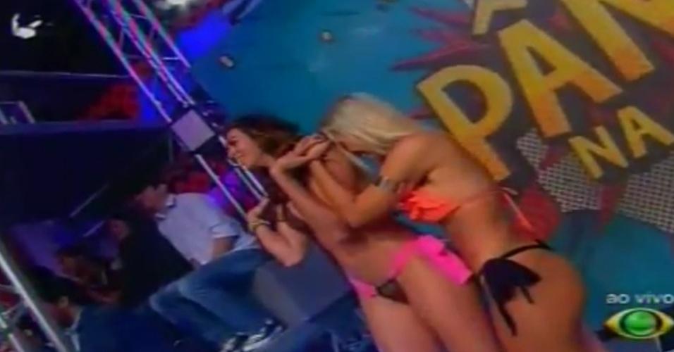 """Novas panicats riem ao ver Babi raspando a cabeça ao vivo no """"Pânico na Band"""" (22/4/12)"""
