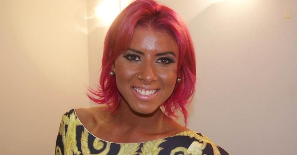 Thais Bianca teve o cabelo pintado de rosa para sua estreia no Pânico