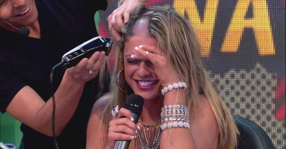 """Babi pede para respirar ao raspar a cabeça ao vivo no """"Pânico na Band"""" (22/4/12)"""
