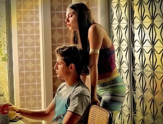 """Em """"Avenida Brasil"""", Suelen insinua que Roni gosta de Leandro (24/4/12)"""
