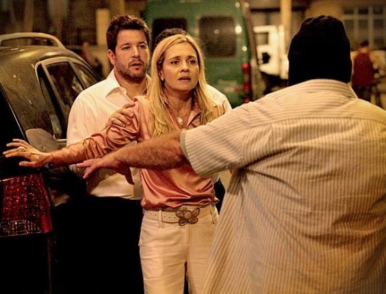 """Em """"Avenida Brasil"""", com direito a tiro para o alto, Carminha é sequestrada"""