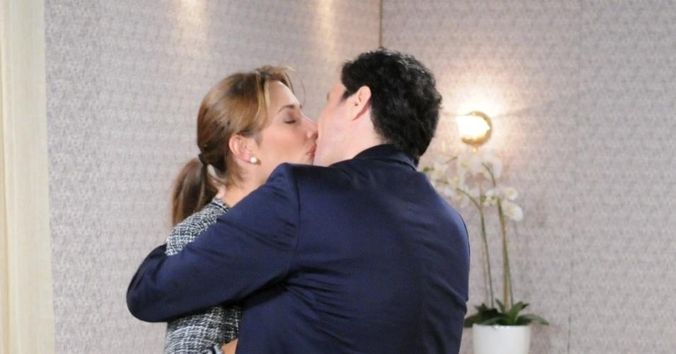 """Em """"Máscaras"""", Caio pergunta a Manuela sobre sua vida"""