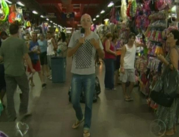 """Marcos Caruso visitou o Mercadão de Madureira, no Rio, para mostrar objetos usados por seu personagem em """"Avenida Brasil"""", o Leleco (25/4/12)"""