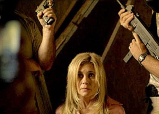 """Em """"Avenida Brasil"""", Carminha posa com sequestradores para provar que está viva (27/4/12)"""