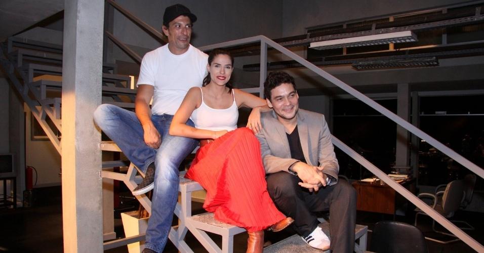 Os atores Cláudio Gabriel, Rafaela Mandelli e Milhem Cortaz apresentam o seriado