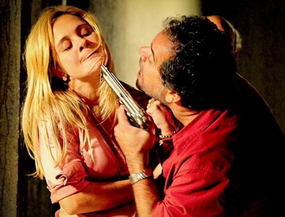 """Em """"Avenida Brasil"""", sequestrador perde a paciência e tortura Carminha (27/4/12)"""